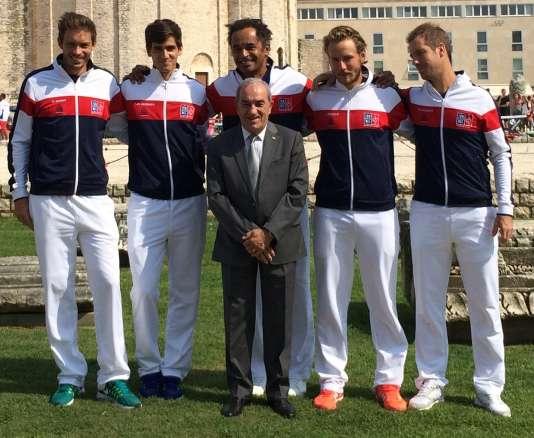 De gauche à droite : Nicolas Mahut, Pierre-Hugues Herbert, Yannick Noah, Lucas Pouille, Richard Gasquet. Et devant, Jean Gachassin, qui n'est donc pas tennisman.