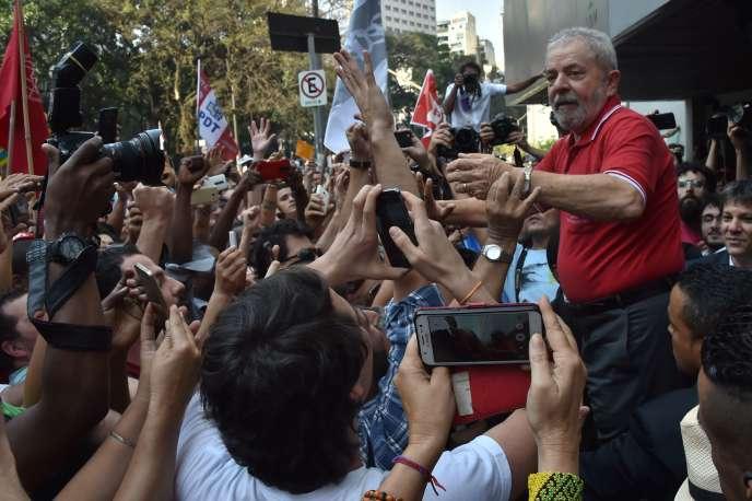 Lula acclamé par ses supporteurs le 15 septembre à Sao Paulo.