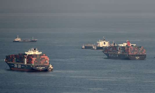 Des bateaux de la compagnie Hanjin Shipping, au large du port de Singapour. Les ports refusent l'entrée à une soixantaine de cargos de cette compagnie qui a fait faillite.