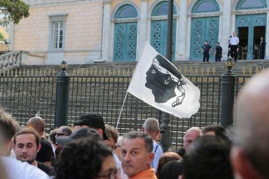 Environ 400 personnes étaient réunis à l'extérieur du palais de justice, le 15 septembre.