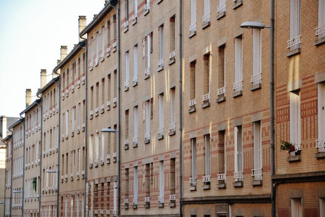 Façades en briques de la cité des Coutures à Limoges (Haute-Vienne).