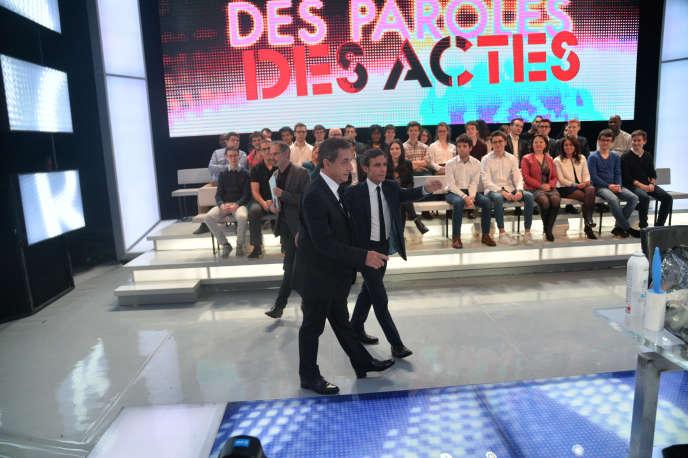 Nicolas Sarkozy accompagné par David Pujadas sur le plateau de« Des paroles et de actes», le 4 février 2016.