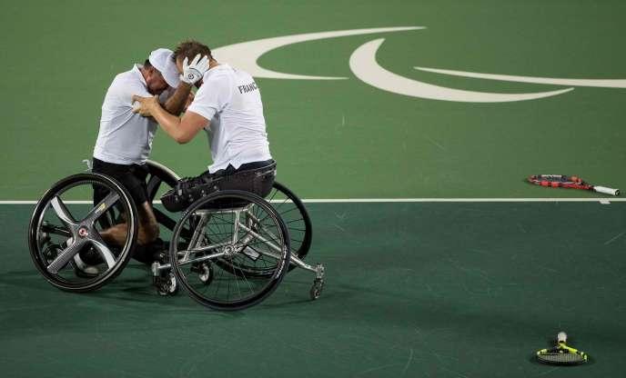 Stephane Houdet (à gauche) et Nicolas Peifer après leur médaille d'or en double du tennis fauteuil, le 15 septembre, à Rio.