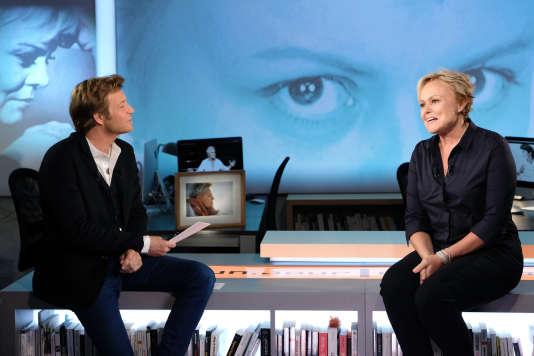 Laurent Delahousse et Muriel Robin sur le plateau de l'émission« Un jour, un destin».