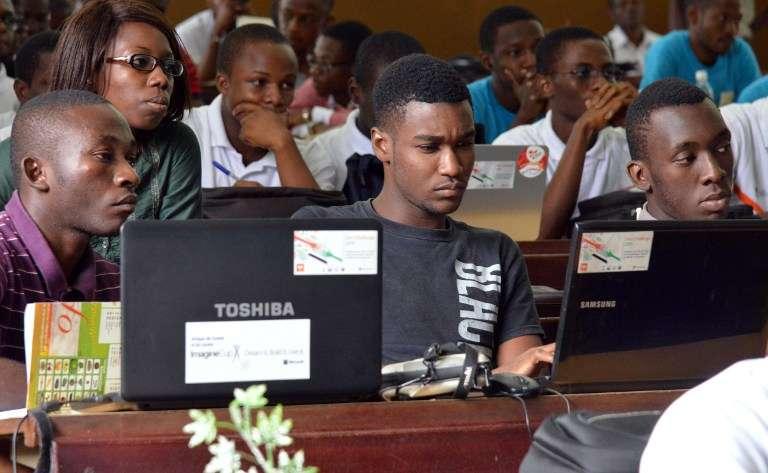 Des étudiants assistent à un cours d'informatique, à Abidjan en 2015.