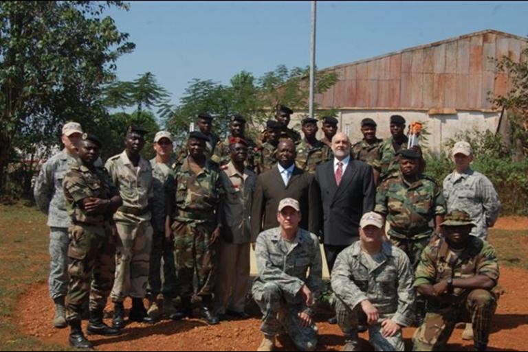 Le vice-ministre de la défense de Centrafrique, Jean-Francis Bozizé (au centre) avec l'ambassadeur des Etats-Unis, Frederick Cook avec des membres de la garde nationale de Caroline du nord et du bataillon du géniede l'armée centrafricaine, le 11 mars 2010 à Bangui.