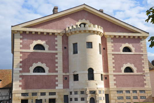 Façade principale de «La Joyeuse Prison» à Pont-l'Evêque (Calvados).