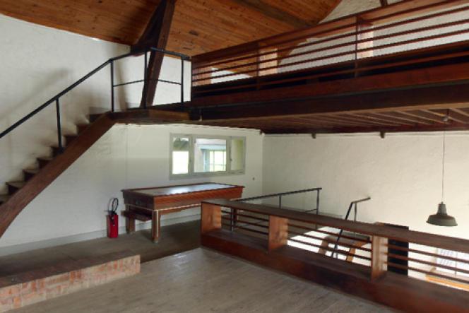 Vue des mezzanines à l'intérieur de la maison de Christian et Yvonne Zervos à Vézelay (Yonne).