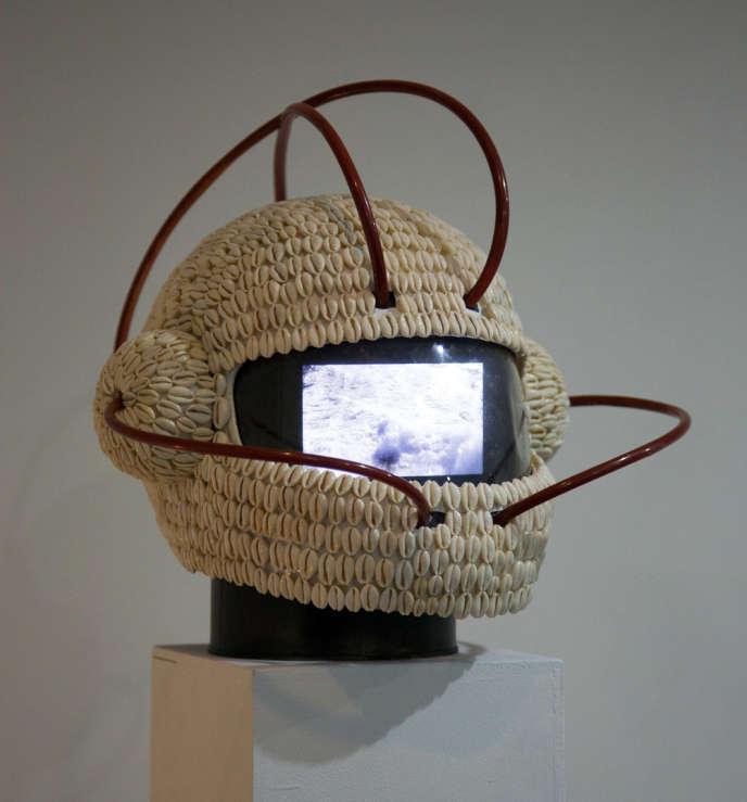 Un casque de motocycliste imaginé par l'artiste Emo de Meideros pour l'exposition«Transmutations».