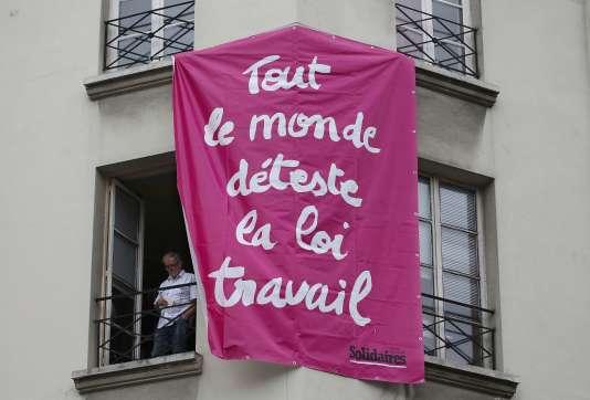Le long de l'itinéraire emprunté par la manifestation contre la loi travail, à Paris, le 15 septembre.