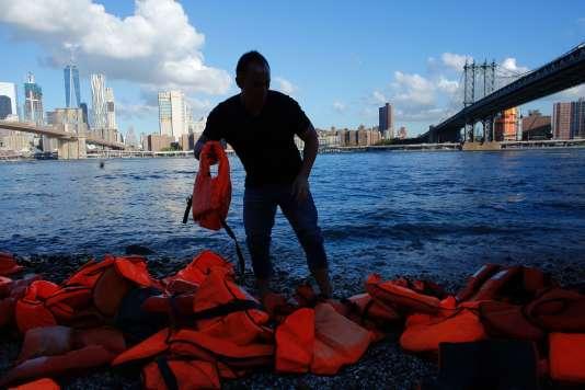 Des gilets de sauvetage ayant servi à des réfugiés syriens arrivés en Grèce ont été déposés devant le pont de Brooklyn (New York, Etats-Unis), en vuedu sommet du 16septembre à l'ONU.