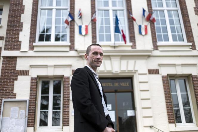 Cyril Nauth, tout juste élu, devant la mairie de Mantes-la-ville, le 31 mars 2014.