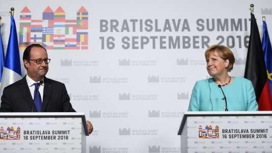 Le président français Francois Hollande (à gauche) et la chancelière Angela Merkel lors d'une conférence de presse commune, au terme du sommet informel des 27, qui s'est tenu le 16 septembre, à Bratislava en Slovaquie.