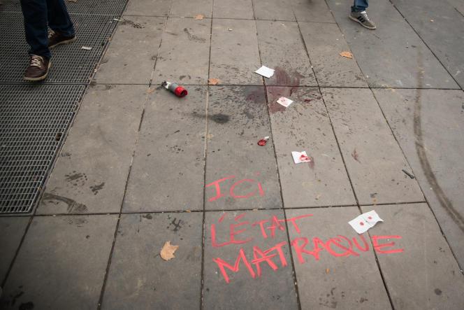 Un morceau de tube d'une grenade lacrymogène près d'une flaque de sang, là où Laurent Theron a été blessé, jeudi 15 septembre, place de la République, à Paris.