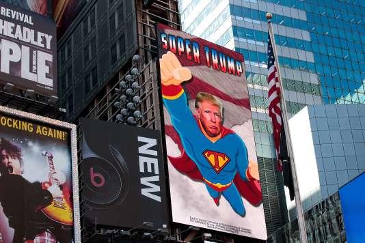 Un panneau numérique à la gloire du candidat républicain à la présidentielle vante «SuperTrump», surTimesSquare àNewYork.L'installation a été payée par un comité d'action politique favorable au conservateur et baptisé « Comité pour restaurer la grandeur de l'Amérique ».Le panneau restera sur la place de Manhattan jusqu'à la fin de la semaine.Il sera ensuite déplacé sur l'autoroute 4(I-4)en Floride, un endroit stratégique :la proportion d'électeursindécis habitant dans les communes environnantes est jugée plusélevéeque dans le reste de ce « Swing State ».