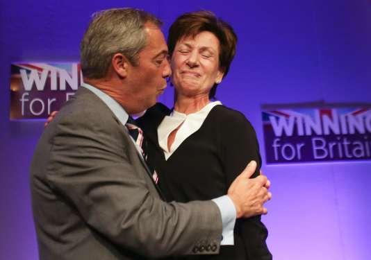L'ancien chef de file du parti europhobe britannique UKIP, Nigel Farage, félicite chaleureusement sa successrice, Diane James.
