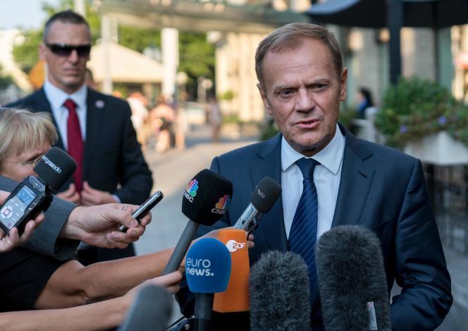 Le président du Conseil européen, Donald Tusk s'adresse aux journalistes à son arrivée à Bratislava, le 15 septembre.