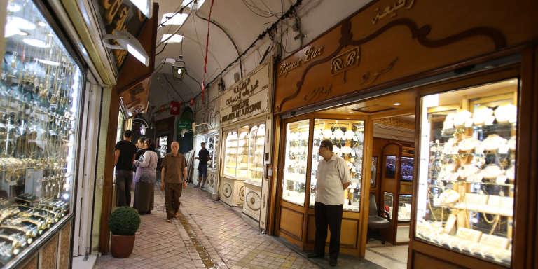 Un commercant attend les clients devant sa bijouterie à Tunis, le 10 août 2016.