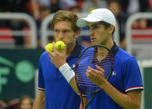 Nicolas Mahut et Pierre-Hugues Herbert lors du quart de finale de la Coupe Davis en République tchèque, le 16 juillet 2016.