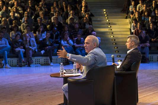 Le champion d'échecs et homme politique russe, Garry Kasparov, discute avec le public, le 17 septembre 2016 à l'Opéra Bastille, lors de la troisième édition du Monde Festival.