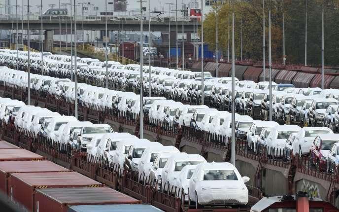 Chargement de véhicules Volkswagen sur des trains, à Wolfsburg, en Allemagne.