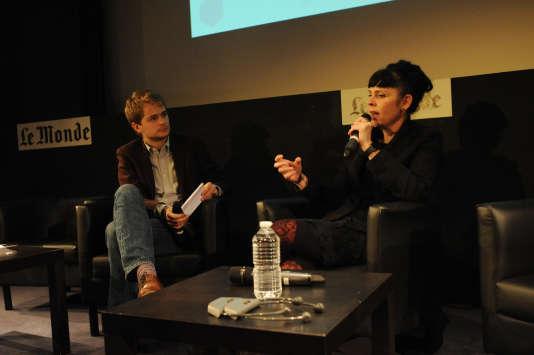 Birgitta Jonsdottir au« off» du Monde Festival, le 17 septembre, interviewée par le journaliste Martin Untersinger.