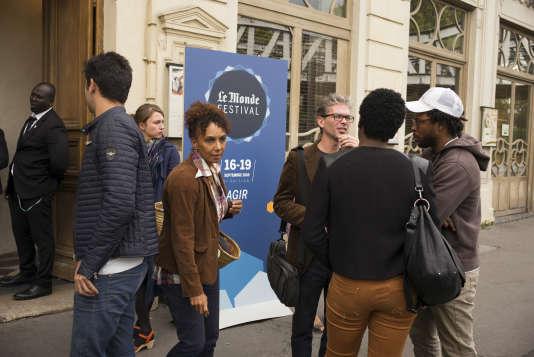 Le débat sur la diversité au théâtre et au cinéma s'est poursuivi sur le trottoir devant les Bouffes du Nord à Paris, le 17 septembre.