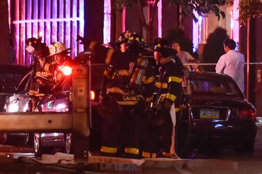 Les pompiers près du site de l'explosion, dans le quartier de Chelsea, à Manhattan (New York).