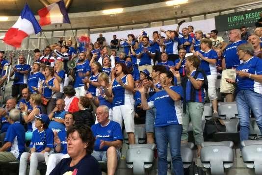 Et là, ce sont les deux jeunes gens qui agitent un drapeau français, en haut à gauche.