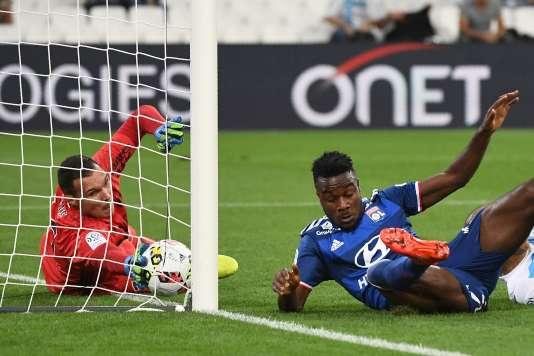 Le gardien marseillais Yoann Pelé sauve sur sa ligne devant Maxwel Cornet, le 18 septembre à Marseille.