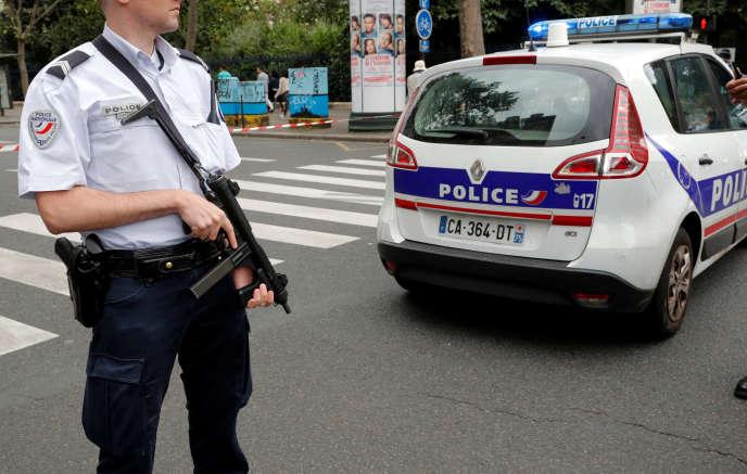 La police sécurise la zone autour de l'église Saint-Leu, où a eu lieu la fausse alerte, à Paris, le 17 septembre.