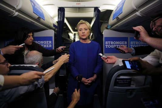 A bord de son avion de campagne, Hillary Clinton est venue faire une déclaration sur l'explosion à New York qui a fait 29 blessés plus tôt dans la soirée du 17septembre.