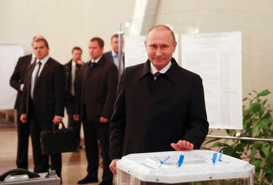 Le président russe, Vladimir Poutine, le 18 septembre, dans un bureau de vote de Moscou.