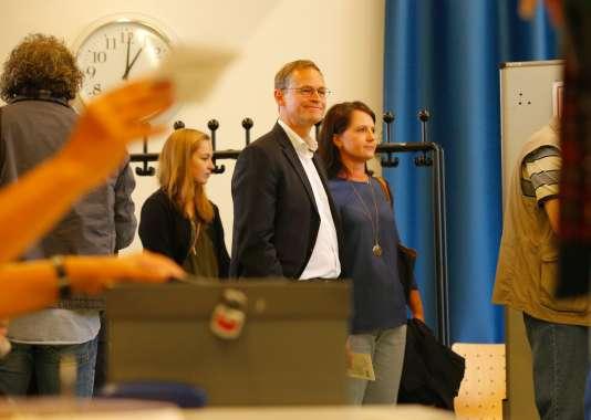 Le maire sortant, Michaël Müller, un ancien imprimeur de 51 ans qui a succédé à Klaus Wowereit (SPD) après la démission de celui-ci en 2014, et sa femmeClaudia, à Berlin, le dimanche 18 septembre.