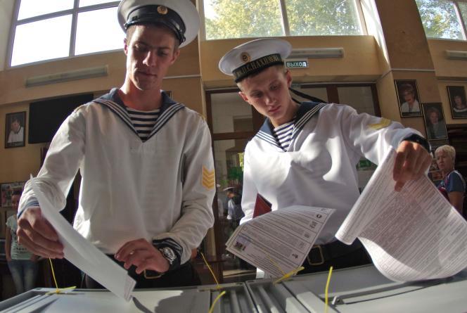 Des cadets de la marine russe votent à Sébastopol, dans la Crimée annexée par Moscou, le 18 septembre.