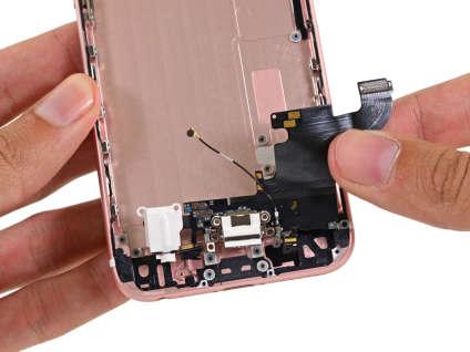En blanc, à gauche, la prise casque de l'Iphone 6s, mise à nud par iFixIt.