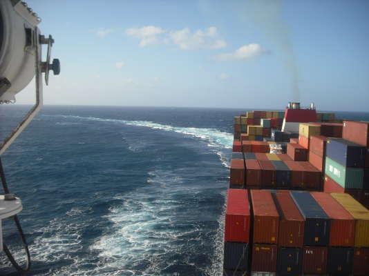 Le supertanker emprunte les impressionnants canaux de Suez et du Panama.