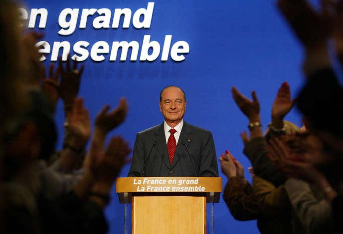 Le président Jacques Chirac s'apprête à prononcer son discours, le 5 mai 2002 à son QG de campagne à Paris, à l'issue des résultats du second tour de l'élection présidentielle.