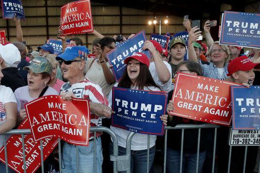 Des supporteurs accueillent Donald Trump à l'aéroport de Colorado Springs (Colorado), le 17 septembre 2016.