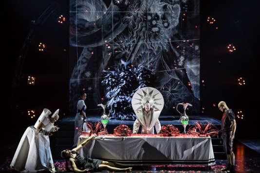 Décors de Thibaut Fack, costumes de Gareth Pugh et lumières d'Antoine Travert pour cette entrée au répertoire de l'opéra baroque.