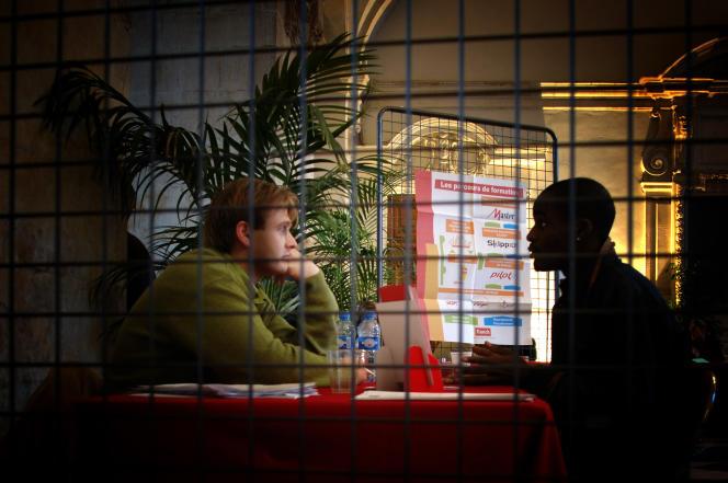 Un demandeur d'emploi s'entretient directement avec un employeur, le14novembre2005 à la mairie de Lyon où près de300demandeurs d'emploi habitant des quartiers défavorisés ont rencontré une quinzaine d'employeurs pour de courts entretiens de préembauche lors d'une opération «Zéro discrimination à l'emploi» organisée par une association pour l'insertion.