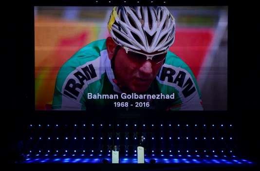 Une minute de silence a été organisée pour rendre hommage au cycliste iranien Bahman Golbarnejad, mort samedi lors d'une épreuve.