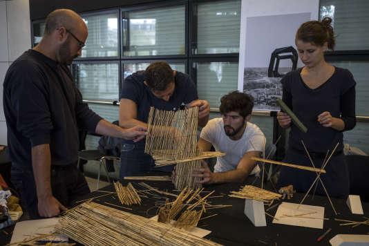 Un des ateliers participatifs et citoyens consacrés à la conquête spatiale, la création littéraire, la question énergétique ou l'architecture et le design culinaire, le 18 septembre dans le hall de l'opéra Bastille, lors de la troisième saison du Monde Festival.
