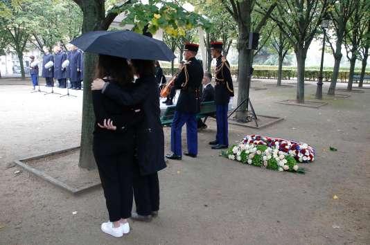Deux participants à la cérémonie d'hommage aux victimes du terrorisme se serrent dans les bras, aux Invalides, le 19 septembre.