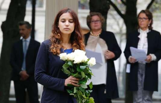 Une membre de la famille d'une victime du terrorisme dépose une gerbe de fleurs lors de la cérémonie aux Invalides, le 19 septembre.
