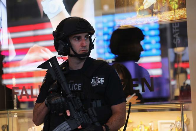 Un policier en arme à Times Square, à New York, lundi 19septembre, après un week-end marqué par les attaques ou tentatives d'attaque à l'explosif ou à l'arme blanche.