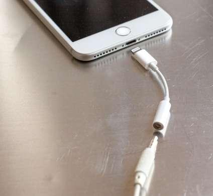 L'adaptateur mini-jack vers lightning fourni avec l'iPhone. En cas de perte, son prix est de 9€.