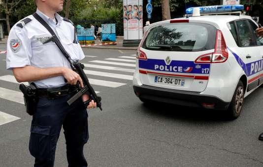 Un policier près de l'église Saint-Leu à Paris, le 17 septembre.
