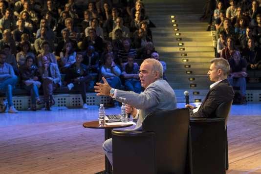 Le champion d'échec et homme politique russe, Garry Kasparov, discute avec le publicà l'Opéra Bastille, lors de la troisième édition du Monde Festival, le 17 septembre 2016.