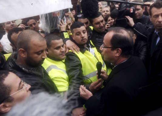 François Hollande, alors candidat, interpellé par les salariés de PSA Aulnay, avant le débat de l'entre deux tours, le 2 mai 2012.
